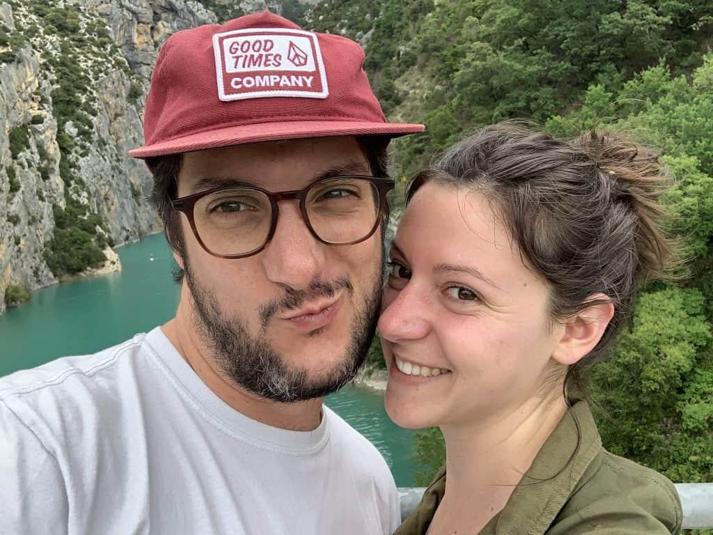 Deux amoureux sur le pont du Galetas à la limite du lac de Sainte-Croix